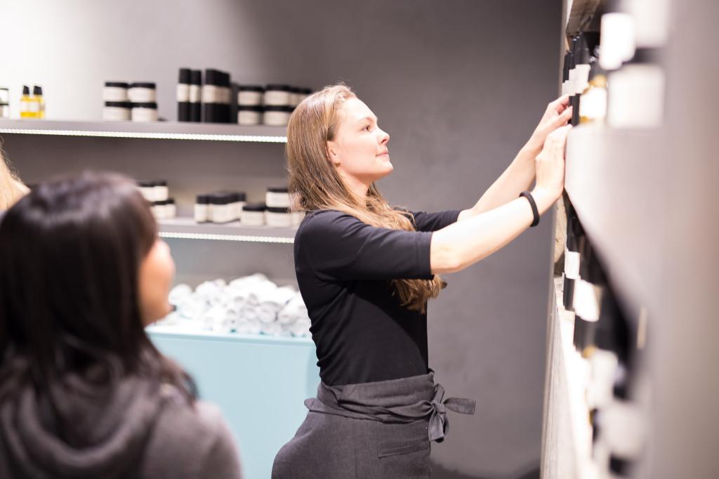 Amanda Næss finner riktige produkter til en kunde.