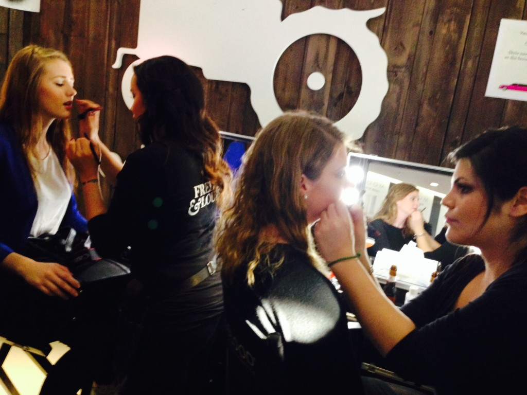 Fredrik & Louisa frisket opp gjestenes makeup.