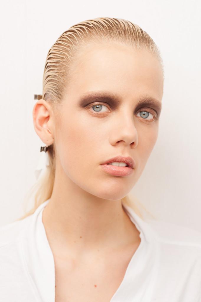 En av modellene til Christian Dior hadde lyse øyevipper og bryn da høstmoten ble vist.